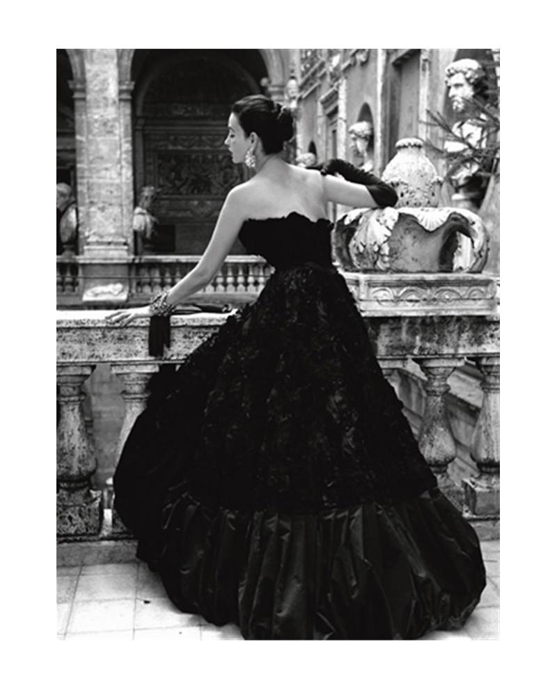 Mujer vestida de negro en ingles
