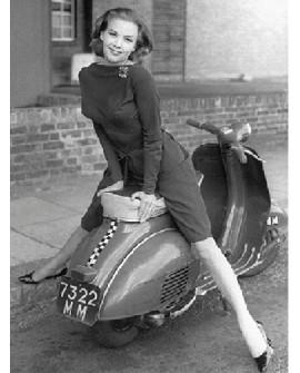 Fotografia clasica blanco y negro vintage moto scooter