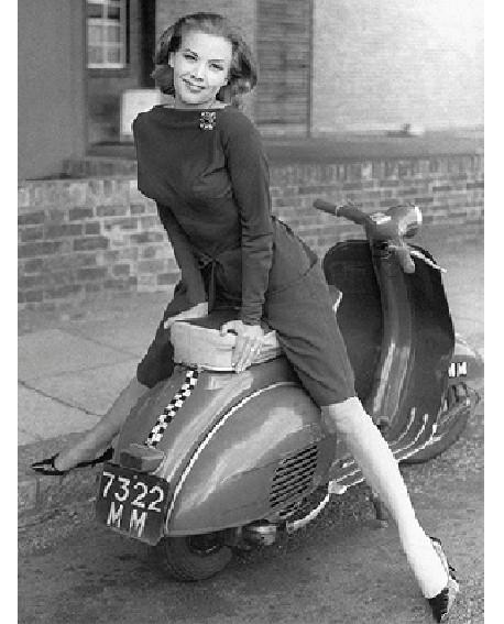 Fotografia clasica blanco y negro vintage moto scooter Home